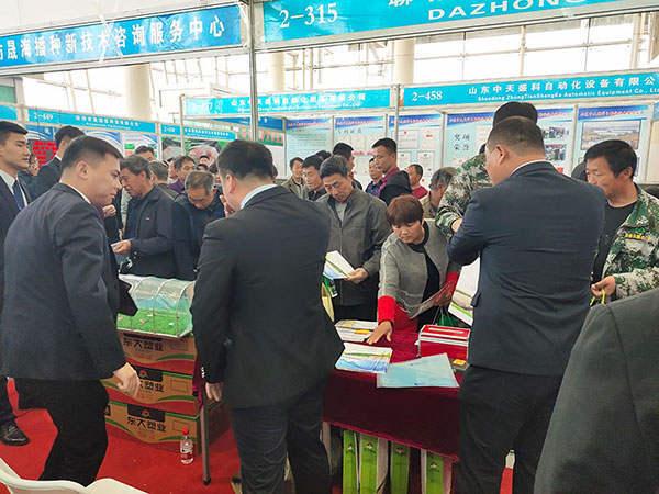 寿光菜博会东大塑业展位前火爆场面